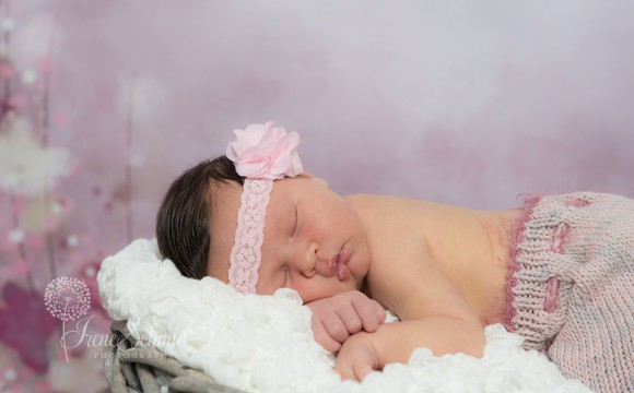 Newborn Shooting mit selbst gestrickten Accessoires