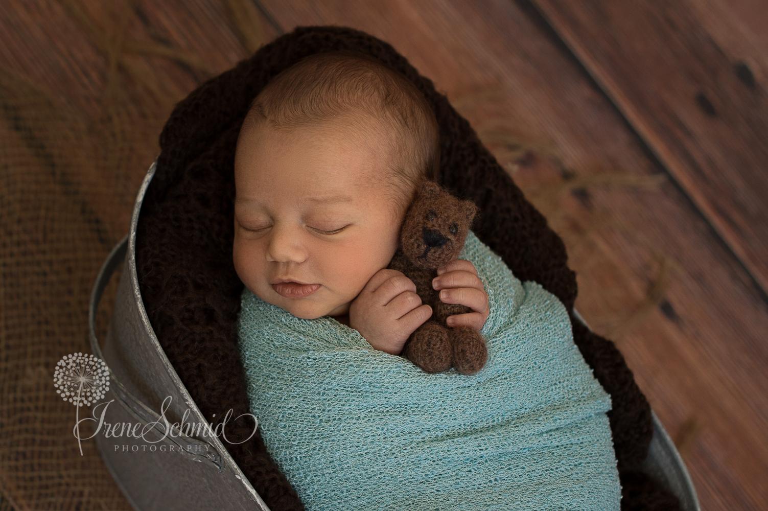 Alessandro - Neugeborenenbilder - Babyfotografin Irene Schmid